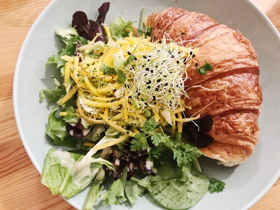 Croissant et salade Laureline's Corner.