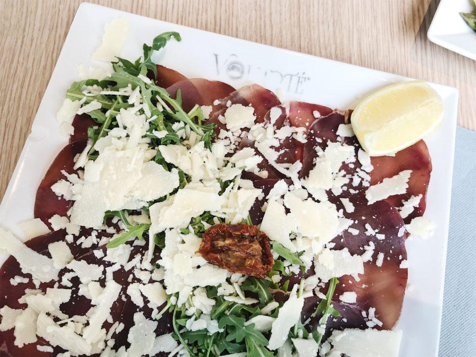 Assiette de bressaola, parmesan et roquette du Volupté Anytime - Nice.