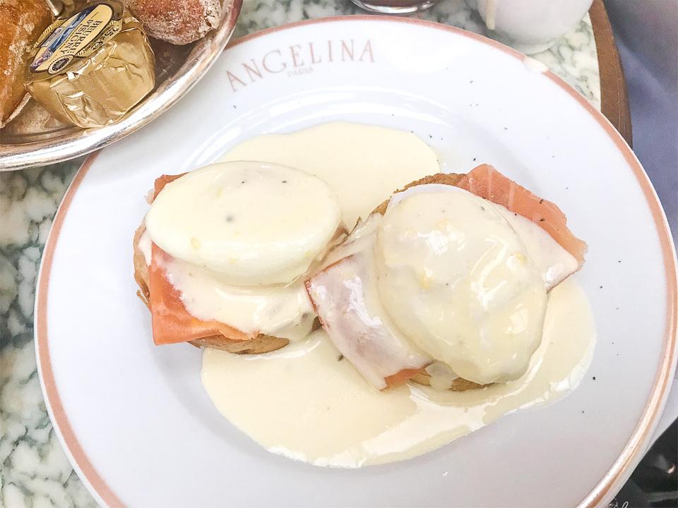 Les œufs Bénédicte sauce hollandaise ANGELINA PARIS.