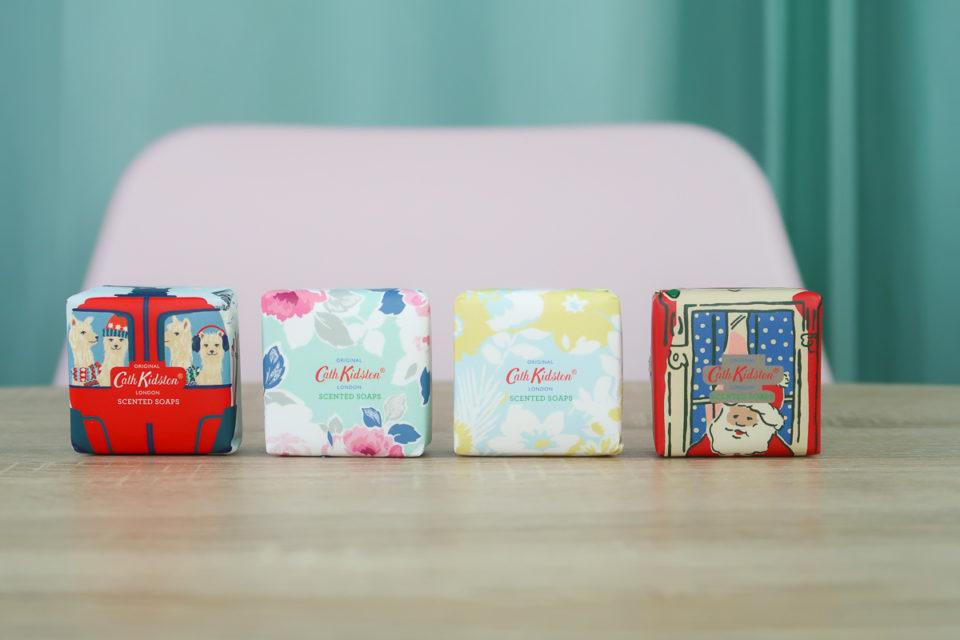 Savons parfumés Alpacas, Wild Rose & Quince, Blouson Birds Mandarin Blossom et Townhouse présents dans le calendrier de l'avent Cath Kidston 2018.