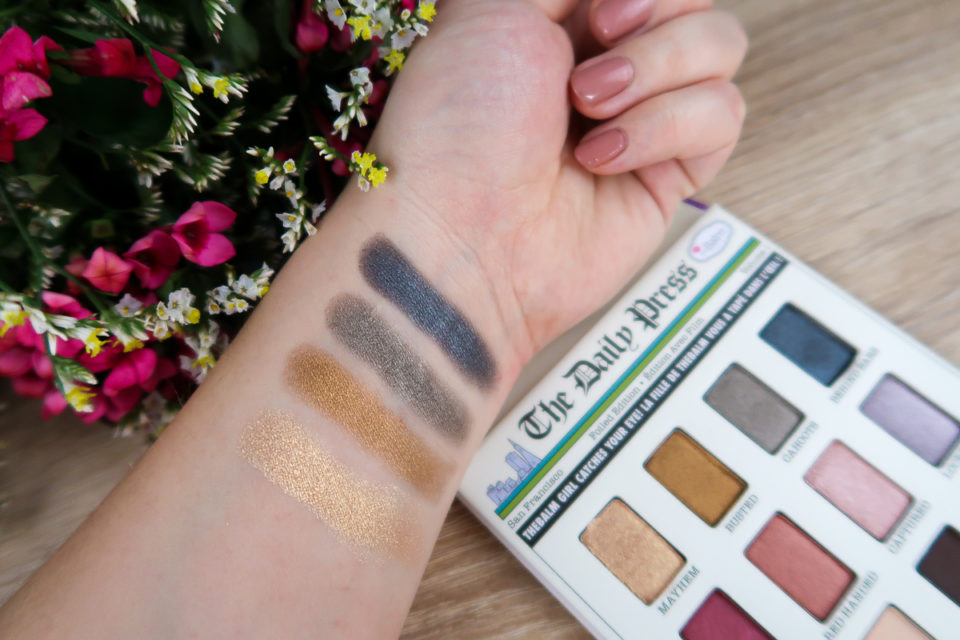 Swatches de la palette FOILED AGAIN... de the Balm : teintes MAYHEM, BUSTED, CAHOOTS et BEHIND BARS.