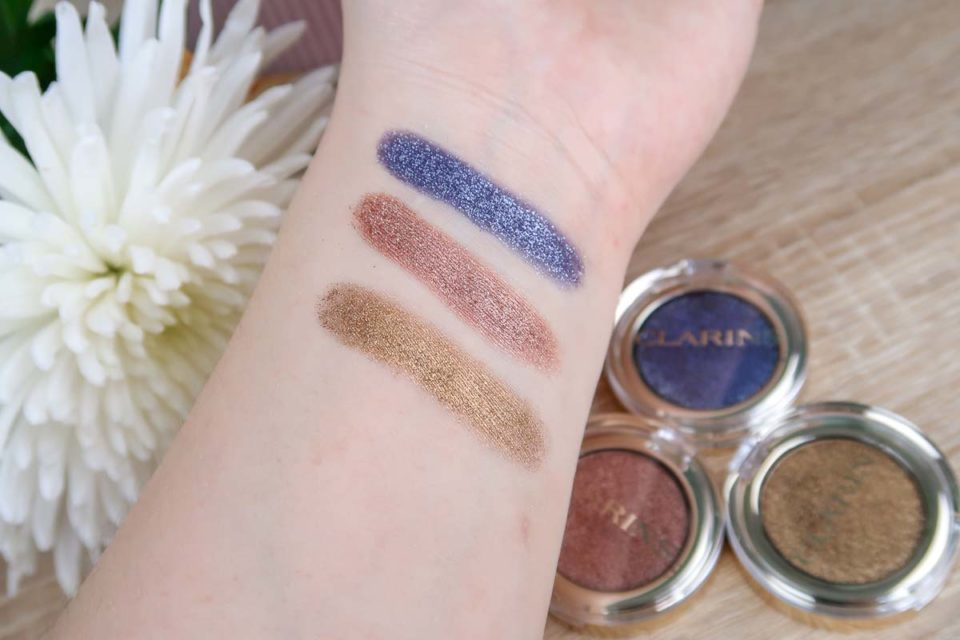 "Swatches des ombres sparkle en teintes ""101 Gold Diamond"", ""102 Peach Girl"" et ""103 Blue Lagoon"" de CLARINS."