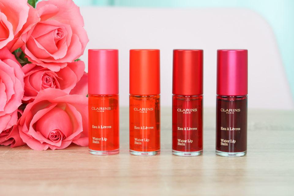 Water Lip Stain : les quatre premières eaux à lèvres signées CLARINS : rose, orange, rouge et violette.