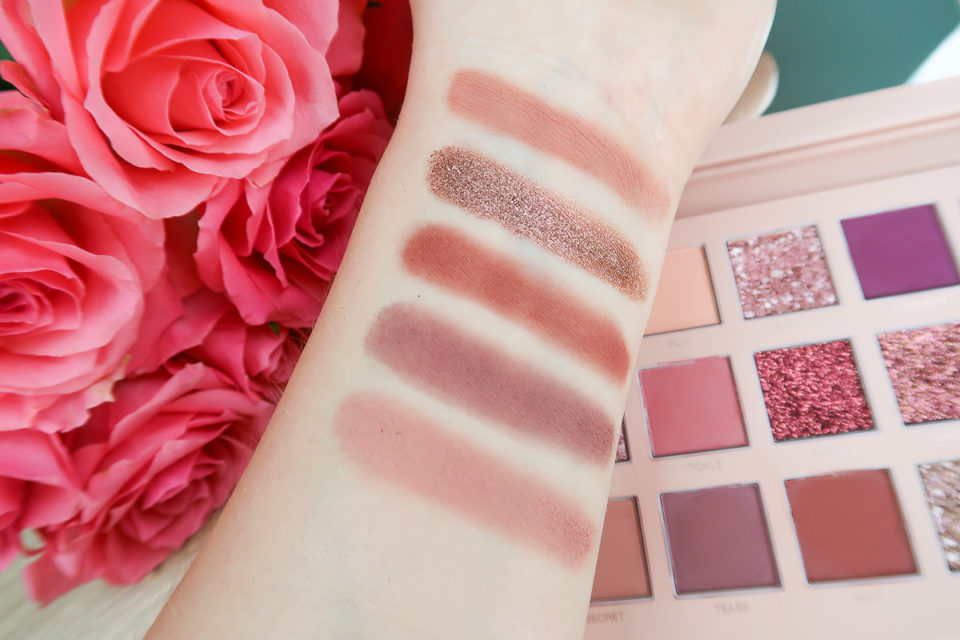 Swatches de la palette The New Nude de HUDA BEAUTY (troisième rangée).